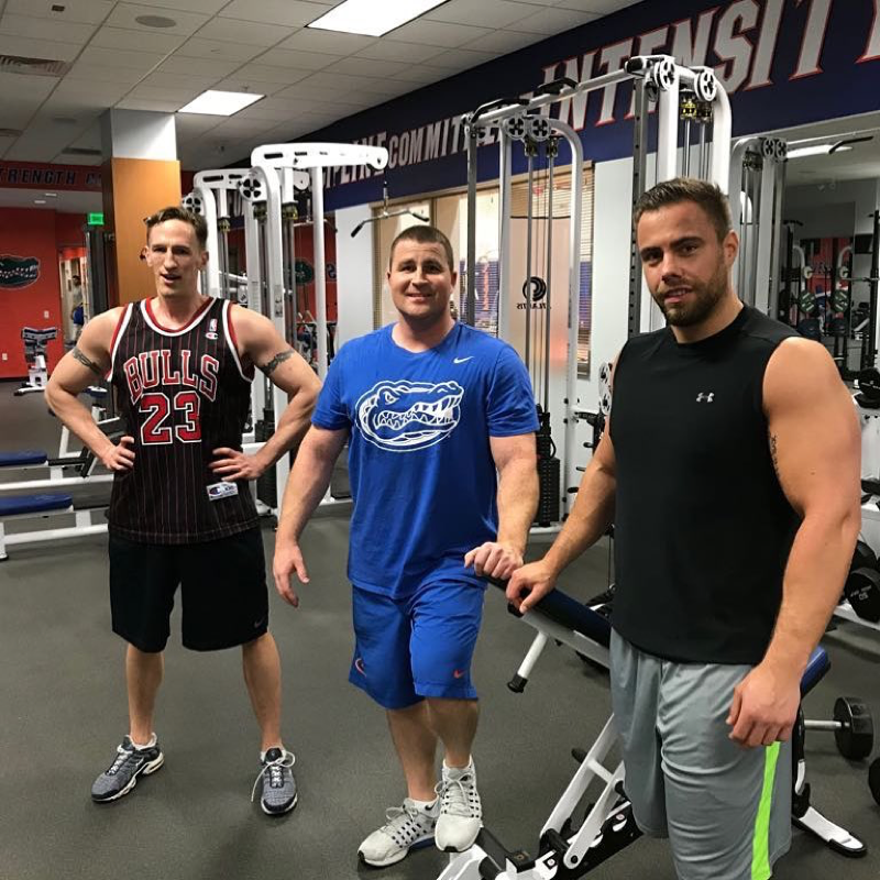 Philip Schmieder, Preston Greene und Marc Lubetzki nach einem gemeinsamen Oberkörper-Workout im Kraftraum des Florida Gators Basketball Teams